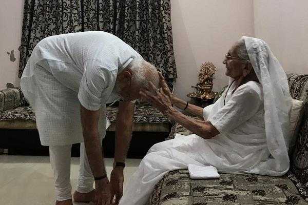 pm modi s 69th birthday today will take blessings from mother heeraben