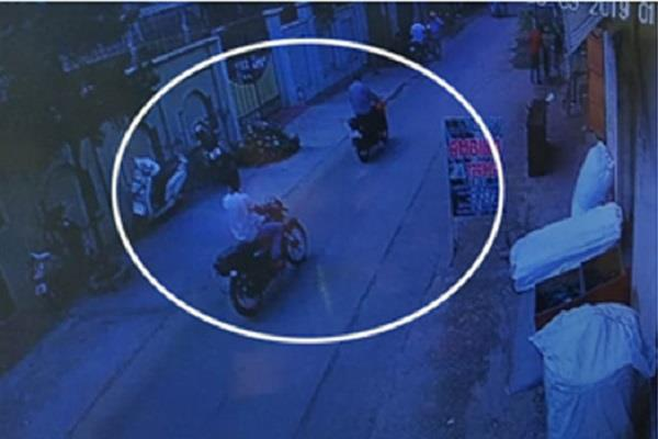 3 5 lakh by a motorcycle rider robbed from salesman of co operative society