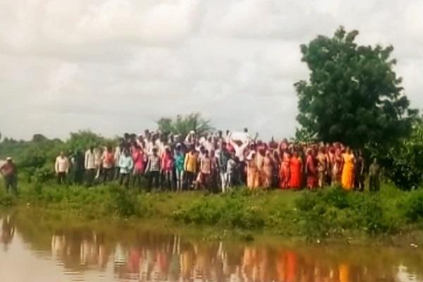 200 people threatened to take water samadhi in barwani