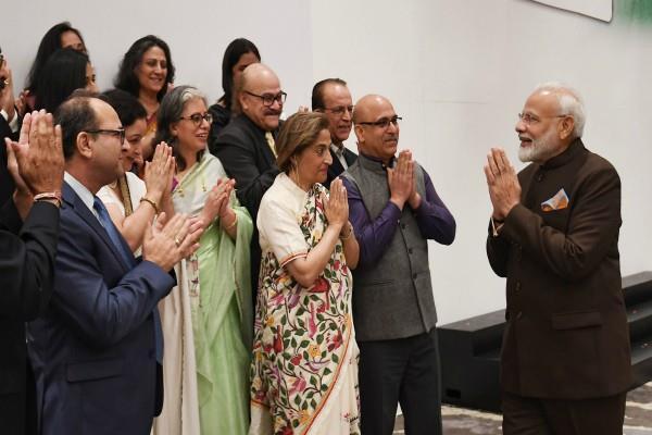 pm modi meets sikhs bohra community and kashmiri pandis