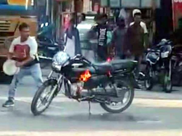 police cut the challan of 5 thousand then the youth set the bike on fire