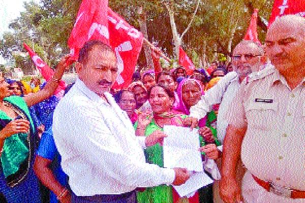 mid day meal workers perform to meet demands
