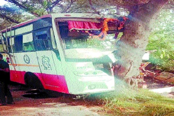 unbalanced bus collides with tree 2 killed more than dozen passengers injured