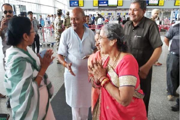 mamta banerjee rushes to see jashodaben at the airport