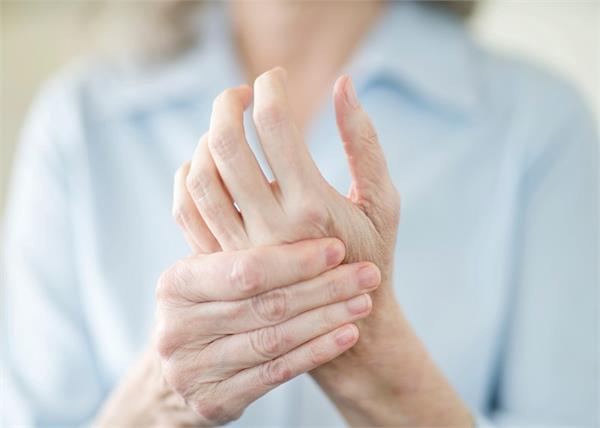 बार-बार हाथ-पैर सुन्न होते हैं तो जानिए इसकी वजह फिर करें ये इलाज