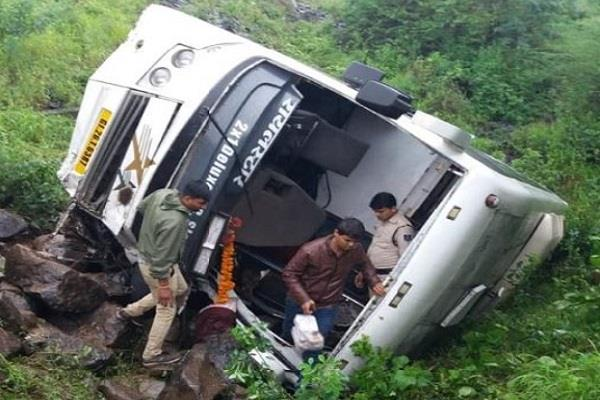 bus going from indore to nagpur near betul overturned