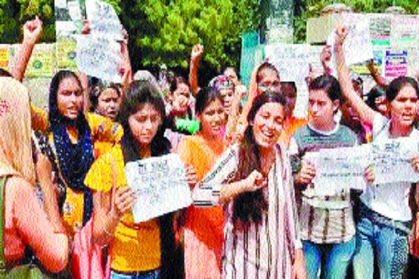 demonstration by student students on arrest of accused