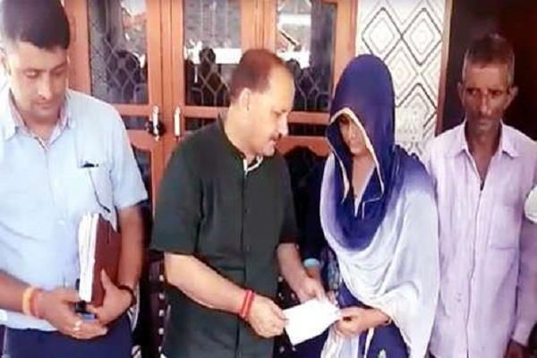 jairam government gave check of 15 lakhs to martyr tilak raj wife
