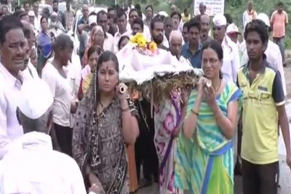 four daughters in law gave shoulder to mother in law dead body