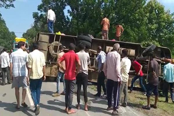 4 killed more than a dozen injured in bus overturning in satna