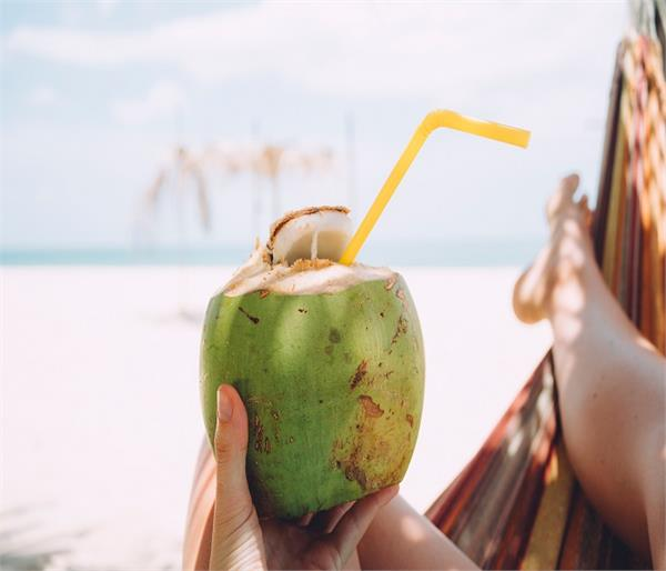 ब्लड शुगर को कंट्रोल रखना है तो पीएं नारियल पानी, और भी जानिए ढेरों फायदे