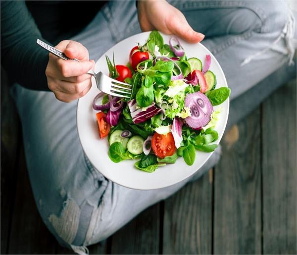 भोजन से पहले सलाद खाना पड़ सकता है सेहत पर भारी, जानिए वजह
