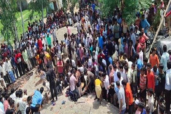 28 injured while roof fall off during construction in nawabganj
