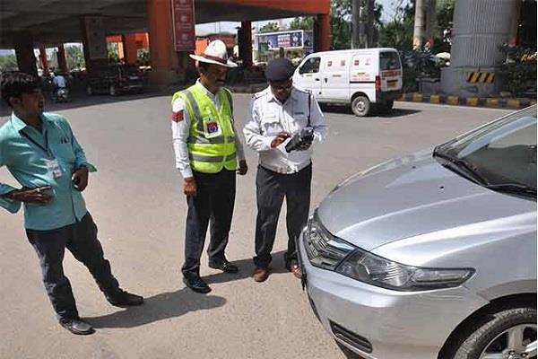 police s gandhigiri on traffic rules