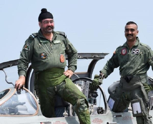 air force chief dhanoa flies with mig 21 with abhinandan