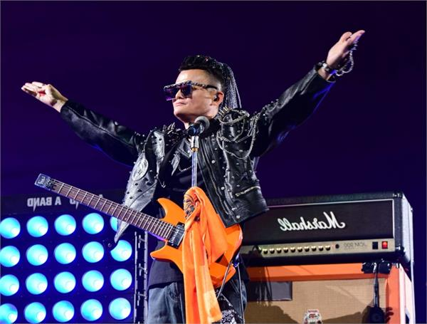 jack ma picks up guitar rockstar wig to bid farewell to alibaba