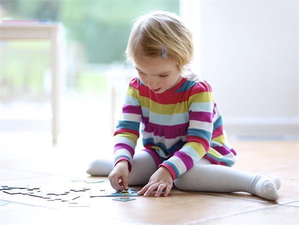 गलत पॉजिशन रोक सकती हैं बच्चे का दिमागी विकास, पेरेंट्स दें ध्यान