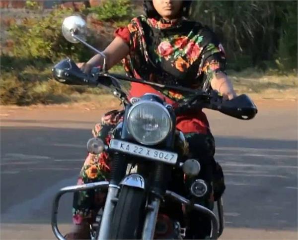 बुलेट लेकर गांव में निकली लड़की, दबंगो ने दी जान से मारने की धमकी