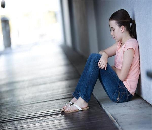 बच्चे में चिड़चिड़ापन और उदासी हो सकते हैं डिप्रेशन के लक्षण