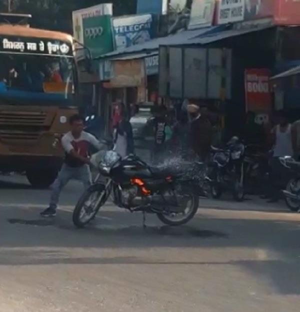 a boy set a bike on fire after cutting a challan of 5 thousand