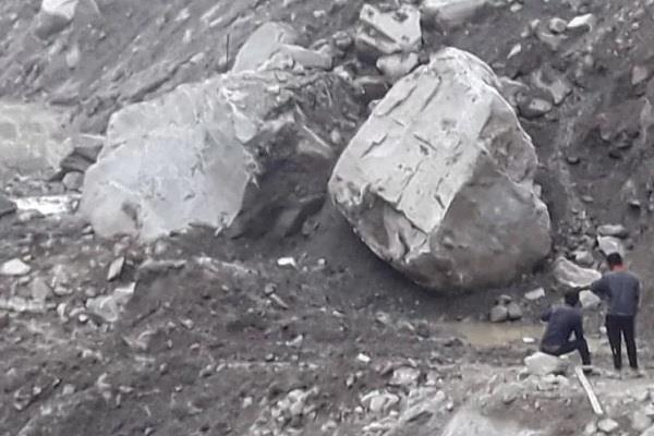 badrinath highway closed due to falling boulder from the hill