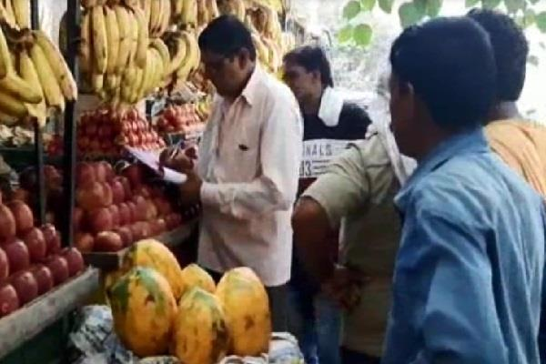 61 hawkers cut challan for selling polythene created chaos