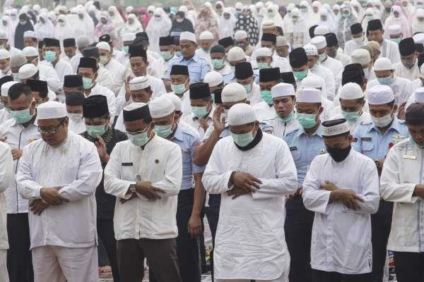 thousands pray for rain in indonesia as forests go up in smoke