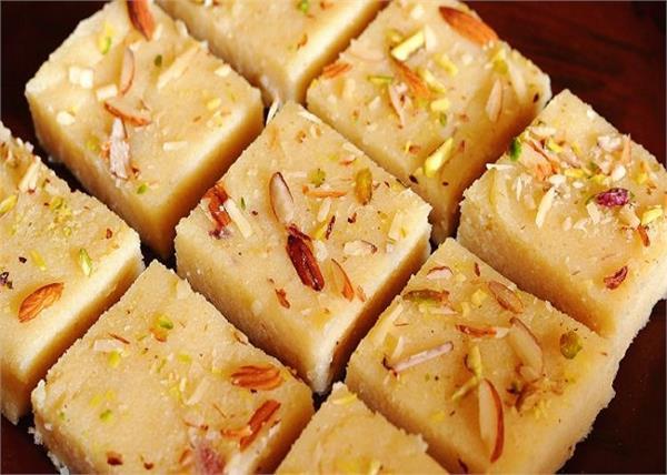 Ganpati Special: बप्पा के लिए अपने हाथों से तैयार करें रवा कोकोनट बर्फी