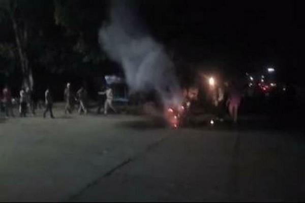 angry person burnt his motorcycle when stopped for challan