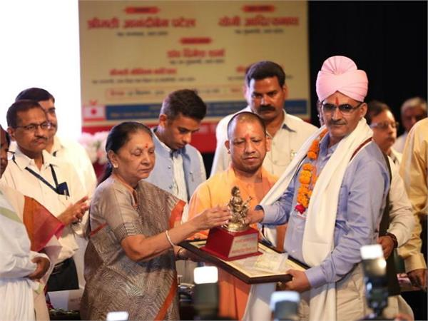 teacher s day anandiben yogi honored teachers for doing good work