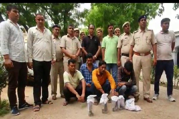 four arrested with desi katta and pistol