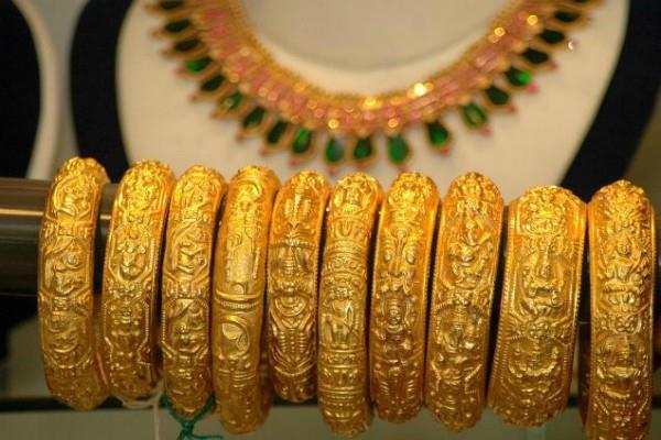 gold weakened by rs 200 silver also fell by rs 525