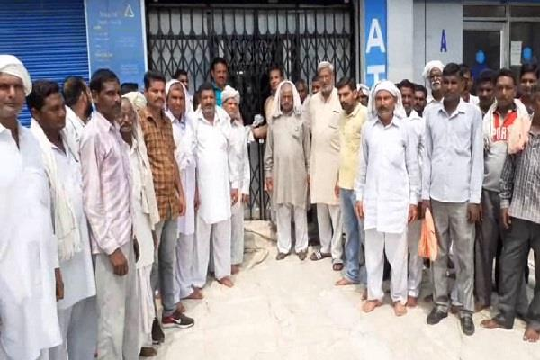 one lakh theft in bank villagers lock up employees taken hostage