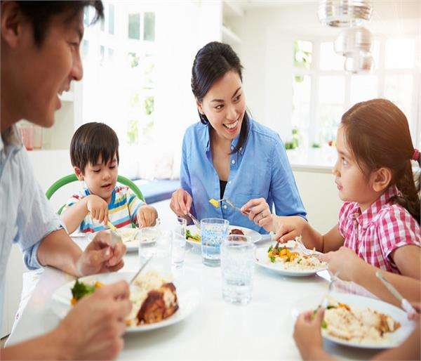 डिनर टेबल पर बच्चों से कहीं गई ये 5 बातें, डालती हैं उनके मन पर गहरा असर