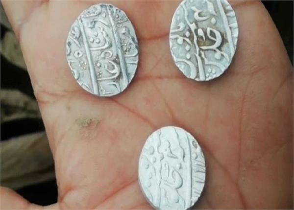 banda mughal carpet silver coins found from the pond