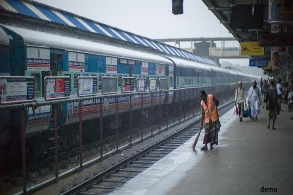 swachh rail swachh bharat abhiyan rs 5 52 lakh fine recovered from waste movers