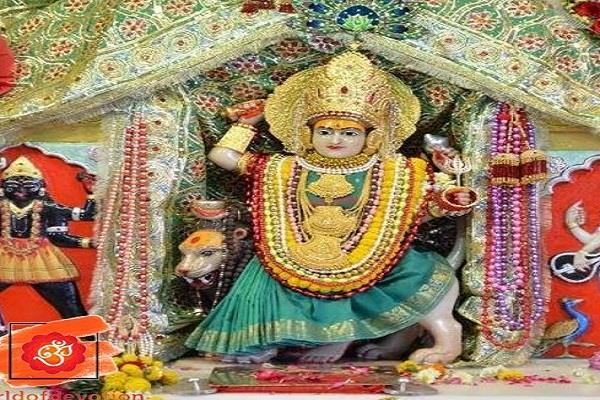 morning aarti being performed at jhandewalan temple