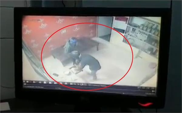 thieves absconded after robbing 19 thousand in 39 seconds accused in cctv