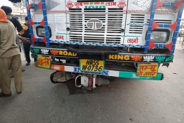 truck overturned on woman s scooty big accident averted