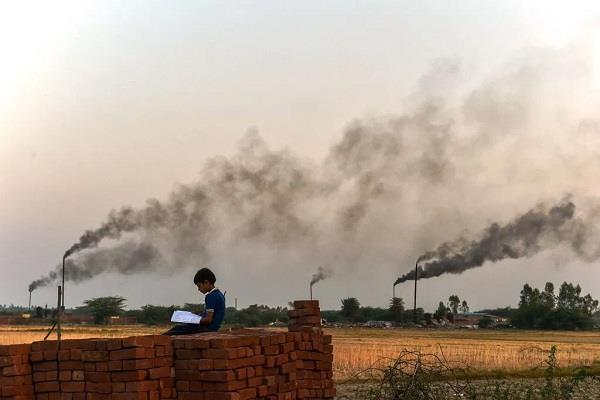 pollution starts again in the district people are having trouble breathing