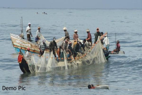 sri lankan navy attacked indian fishermen accused of intrusion
