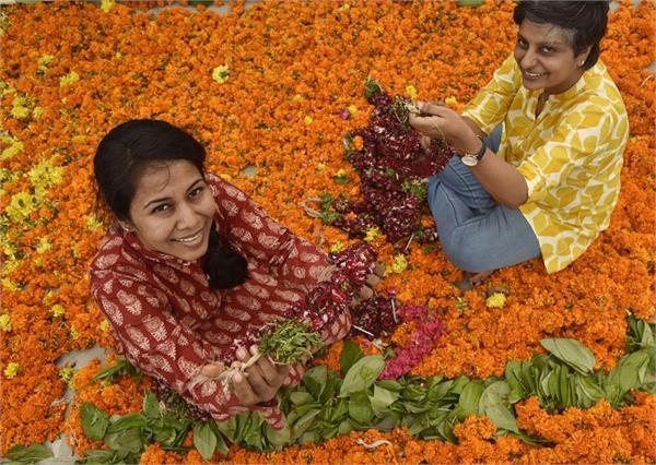 दो सहेलियों का अनोखा स्टार्टअप, मंदिरों से फूल इकट्ठा कर बना रहीं अगरबत्ती, साबुन, महिलाओं को भी दिया रोजगार