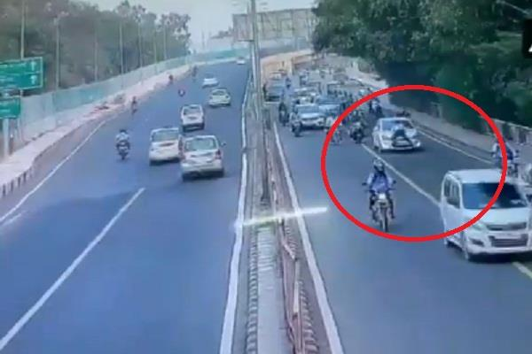 a young man dragged a traffic policeman to the bonnet