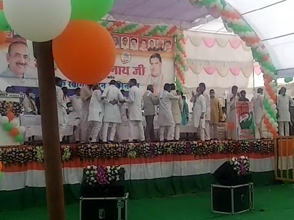 congress leaders clashed before kamal nath reached the stage