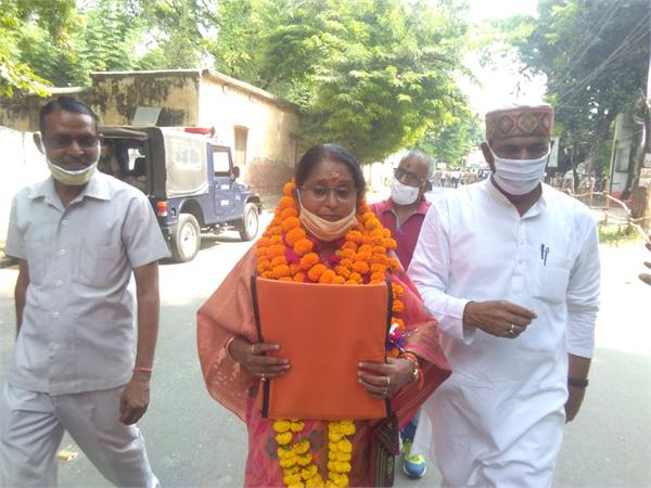 unnao congress candidate aarti bajpai filed nomination supporters and police