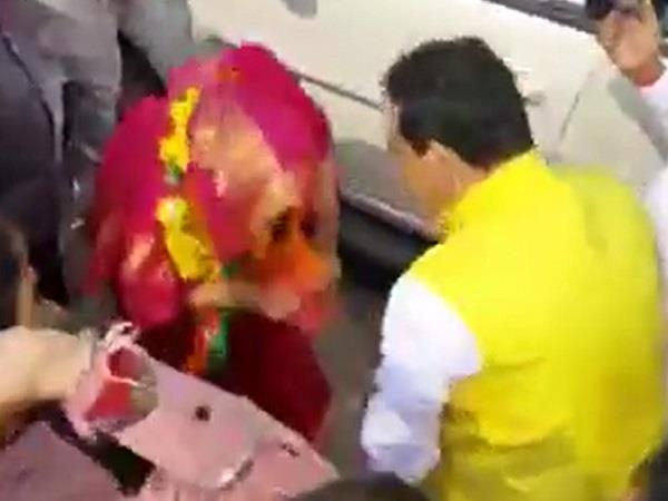 imrati devi going to file nomination touched the feet of narottam mishra