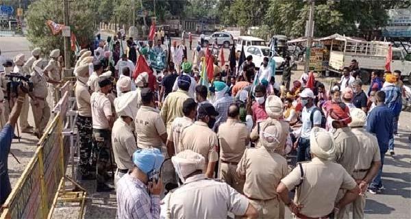 clash between police and farmers in maqsoodan chowk