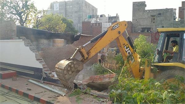 complaint of encroachment of drain reached lt governor dc reach the spot