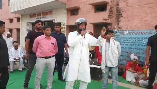 rajkumar saini gave a speech wearing a helmet
