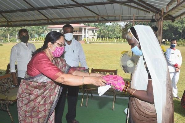 the governor distributed saris and shawls to women